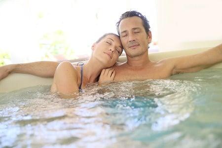 Couple romantique dans un spa